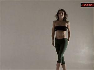 Razdery Noga in taut yoga pants
