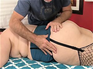 plus-size Becki Butterfly gets a full figure massage