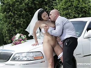 messy bride takes her chauffeur's wood before her wedding